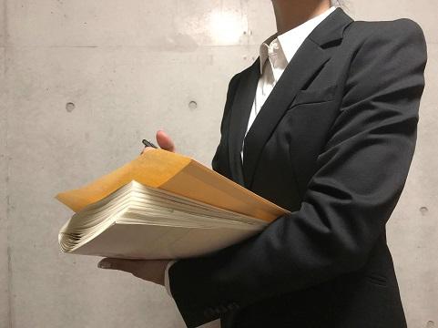 書類をもつビジネスマン